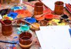 Imagem de tintas sobre mesa colorida