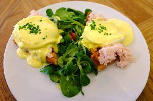 Imagem de um prato com ovos mexidos com verduras