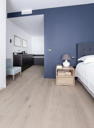 Imagem de um quarto ao lado de uma sala em apartamento de Barcelona