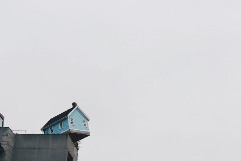 Imagem de uma casa na beira do penhasco