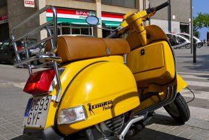 Imagem de uma moto amarela vintage da Cooltra, em Barcelona