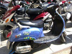 Imagem de uma moto ao lado de outras, com a mensagem 'Rent me'