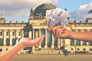 Imagem de uma pessoa recebendo dinheiro