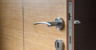 Imagem de uma porta aberta