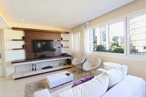 Imagem de uma sala de estar grande e iluminada