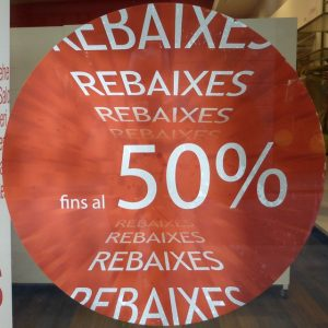 Imagem de vitrine indicando de desconto de 50%