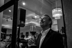 Imagem em preto e branco de senhor bebendo vinho