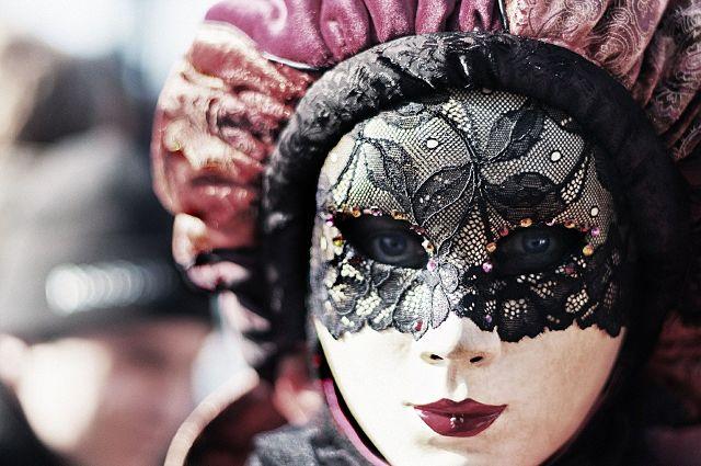 Pessoa fantasiada com máscara estilo veneziano