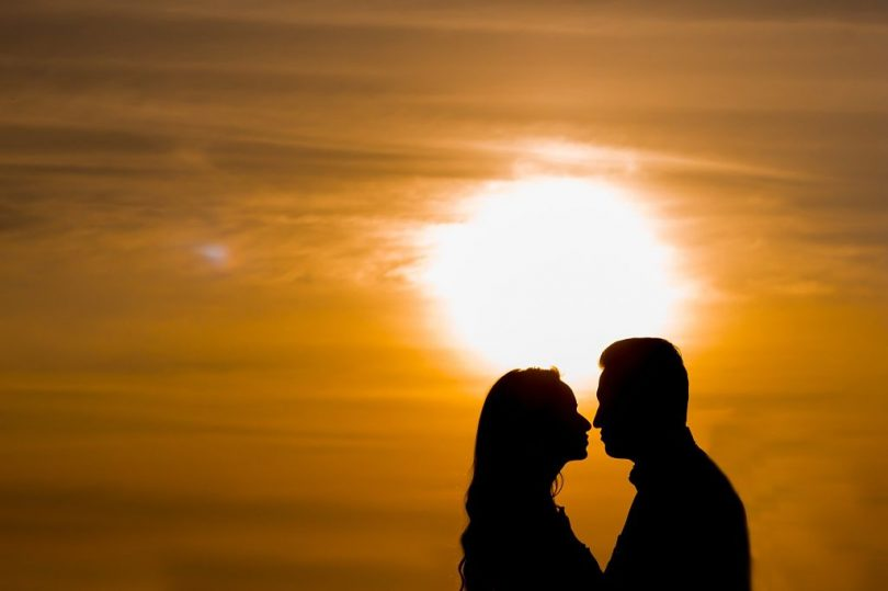 Sol ilumina a silhueta do casal