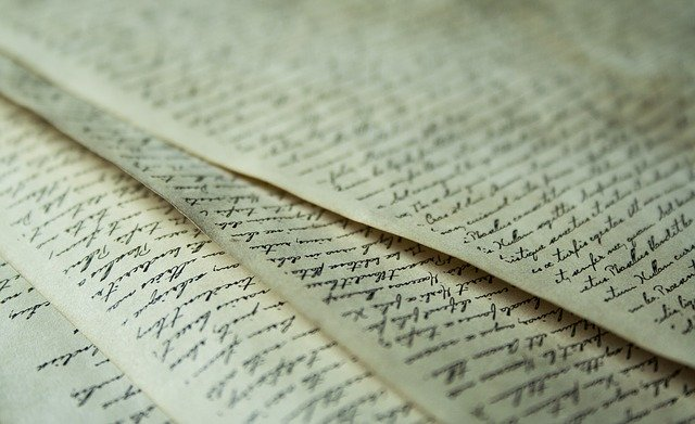 papéis escritos em cima de uma mesa velha