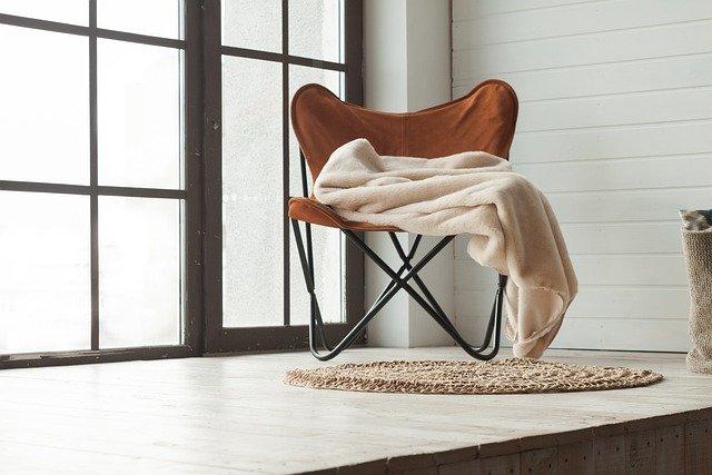 Imagem de uma habitação e uma cadeira de madeira