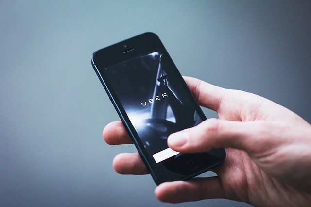 Usuário inícia o aplicativo Uber no celular