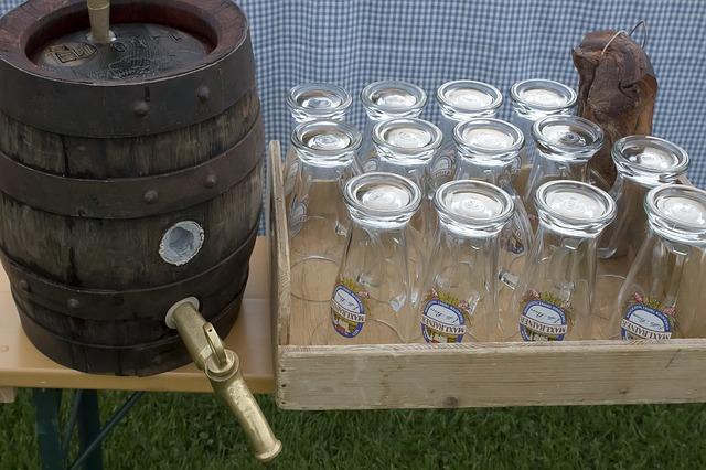 Um belo barril cheio de cerveja com os copos vazios ao lado