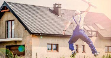 Homem celebra a construção de uma residência