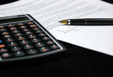 Imagem de uma calculadora e caneta