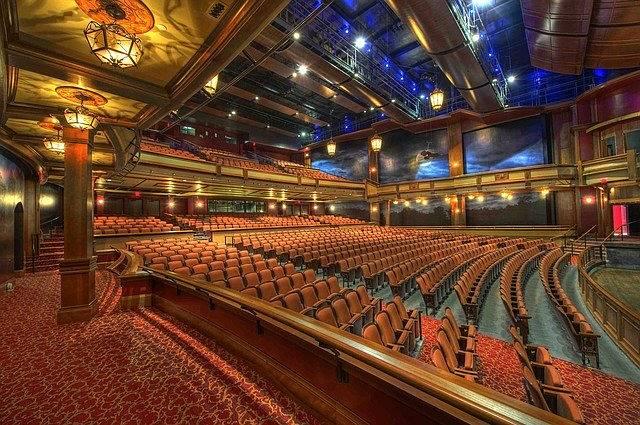O auditório está pronto para receber mais um espetáculo