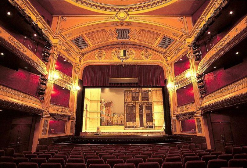 O palco do teatro e o ambiente convidam espectadores a verem grandes histórias