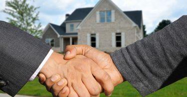 Aperto de mão simbolizando o sucesso de uma parceria