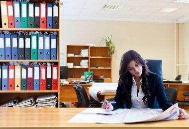 Mulher estuda concentradamente a sua próxima ação