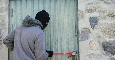 Ladrão tentando abrir a porta