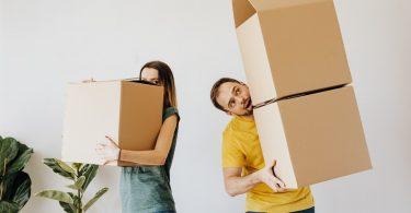 Casal carregando caixas