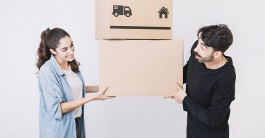 Casal segurando a caixa de mudança