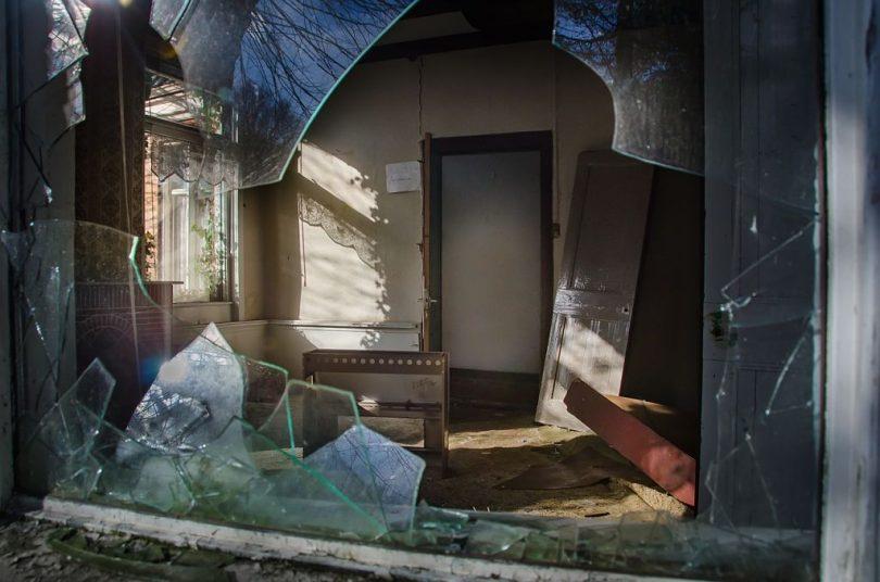 Porta de uma casa destruída