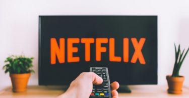 Televisão rodando Netflix