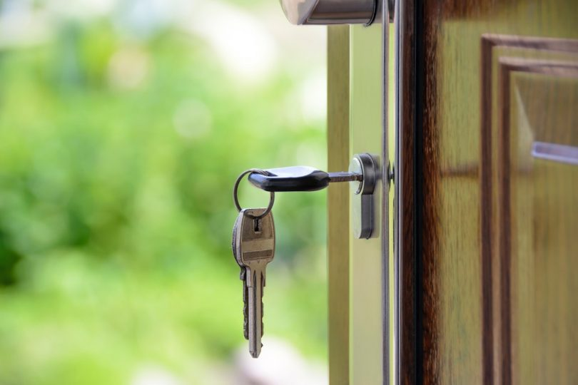 Chave na porta de uma casa