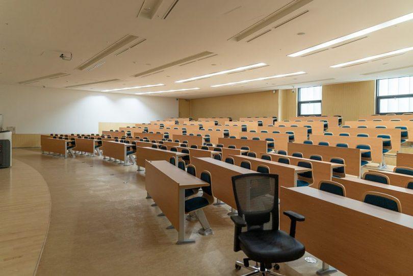 Sala de aula preparada para receber os estudantes em Barcelona