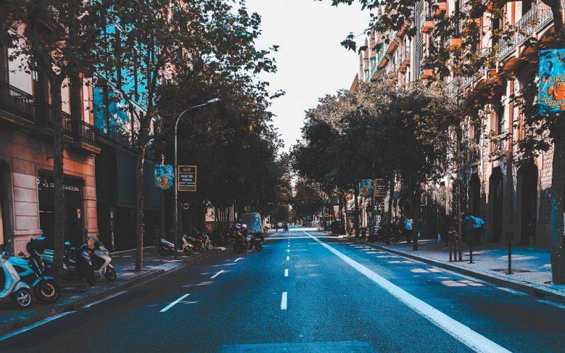 Uma das ruas de Barcelona com árvores de cada lado da calçada