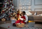 Família feliz em volta da árvore de natal
