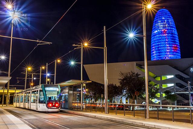Torre Agbar iluminando uma das avenidas da cidade