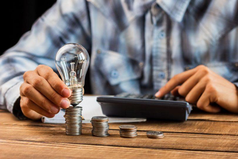 Homem faz as contas para economizar a luz da casa