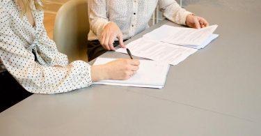 Pactando cláusula de contrato de aluguel de apartamento
