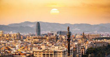O sol iluminando a cidade condal