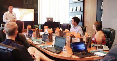 Pessoas reunidas em uma sala de escritório