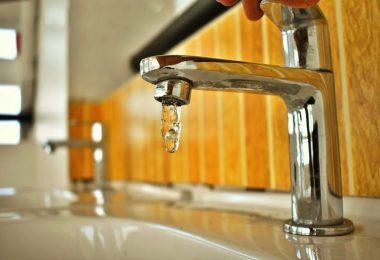Torneira gotejando água