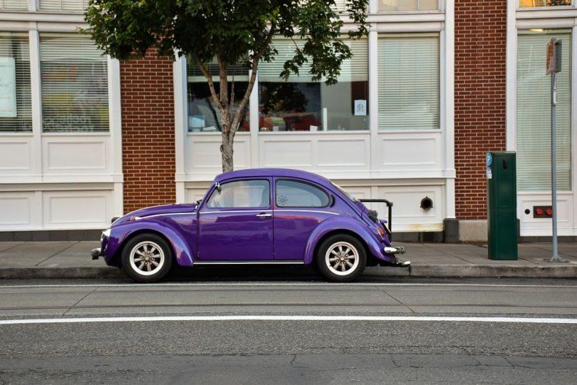 Fusca estacionado no meio de uma ruazinha