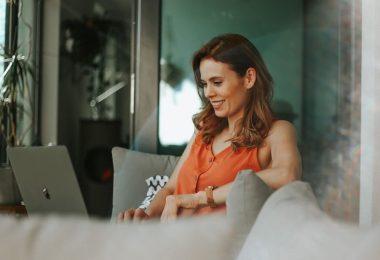 Mulher teletrabalhando em Barcelona